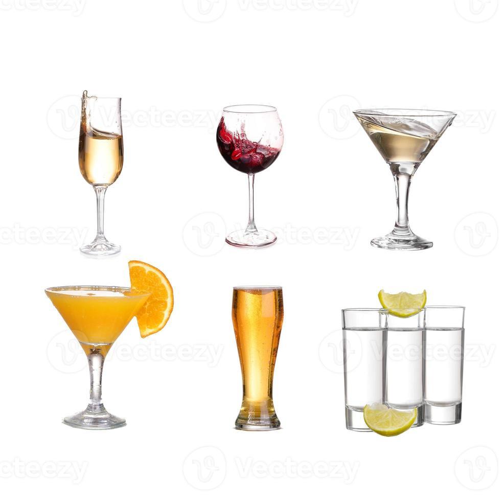 collage de boissons alcoolisées. isolé sur blanc photo