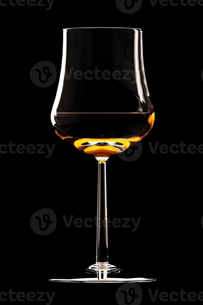 verre à cocktail isolé sur fond noir photo