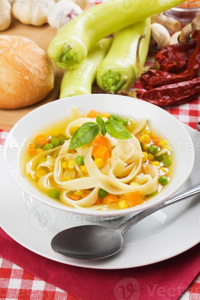 soupe de légumes et de nouilles sains photo