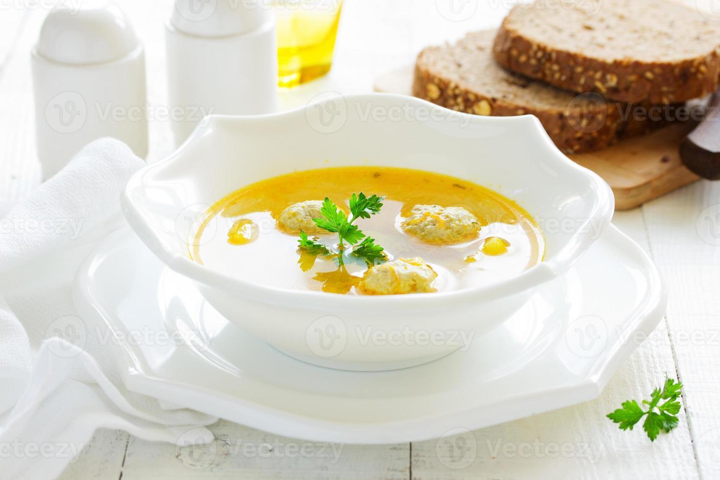 soupe maison aux boulettes de poulet. photo