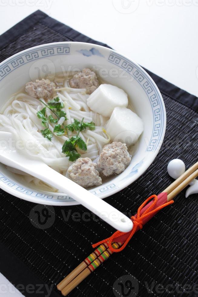 nourriture vietnamienne, boule de poisson et nouilles de riz pho dans la soupe photo