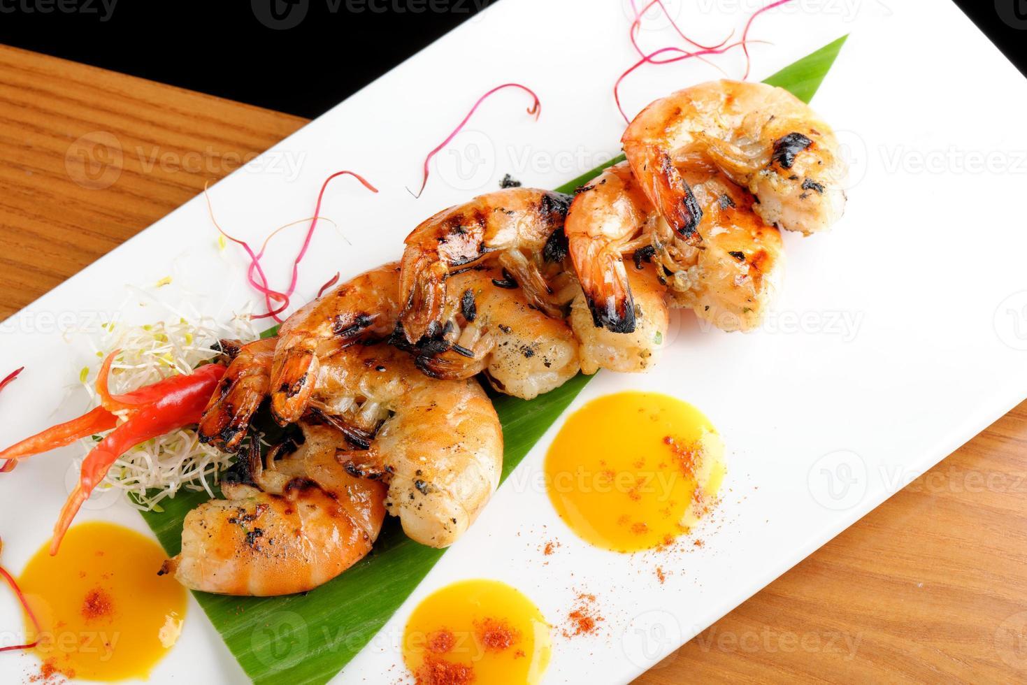 """fine cuisine thaïlandaise / crevettes fraîches marinées à la coriandre """"tigre noir"""" photo"""