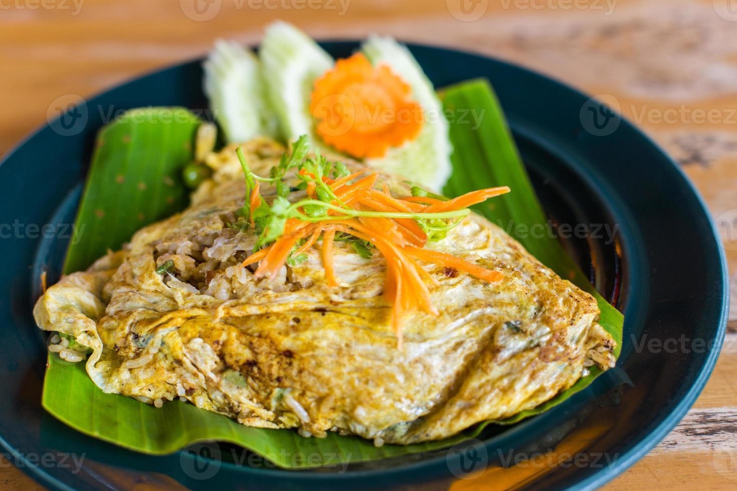 riz au curry vert dans un emballage d'oeufs photo