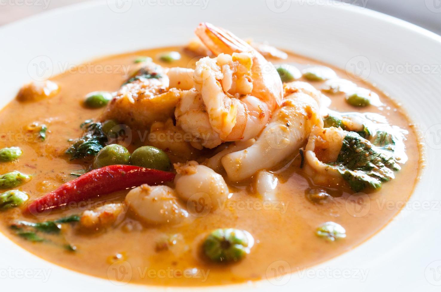 cuisine thaïlandaise au curry rouge panang, fruits de mer photo