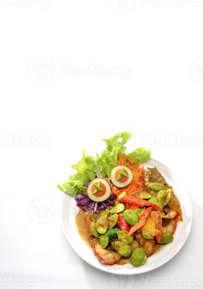 crevettes épicées et parkia speciosa frits avec de nombreuses épices photo