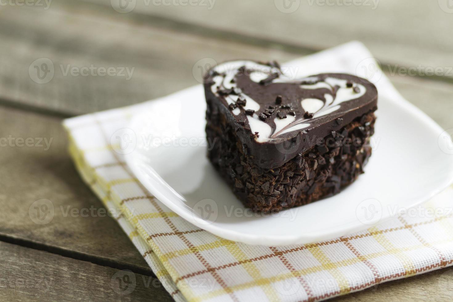 gâteau au chocolat dans un coeur, valentine, dessert photo