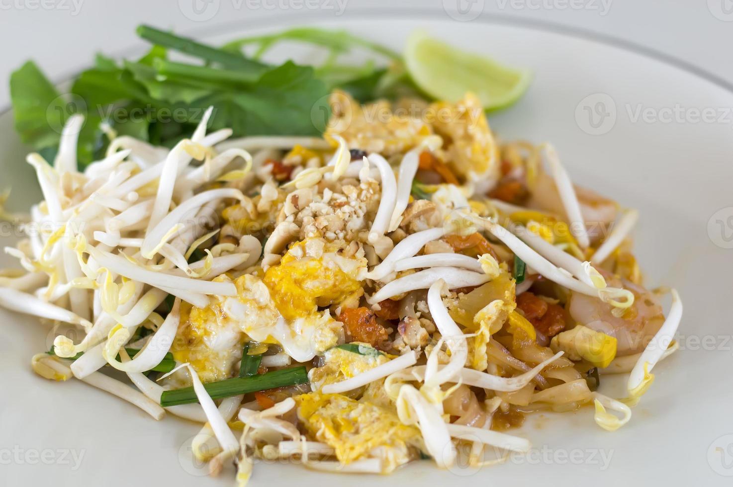 pad thai nouilles de riz sautées aux crevettes photo