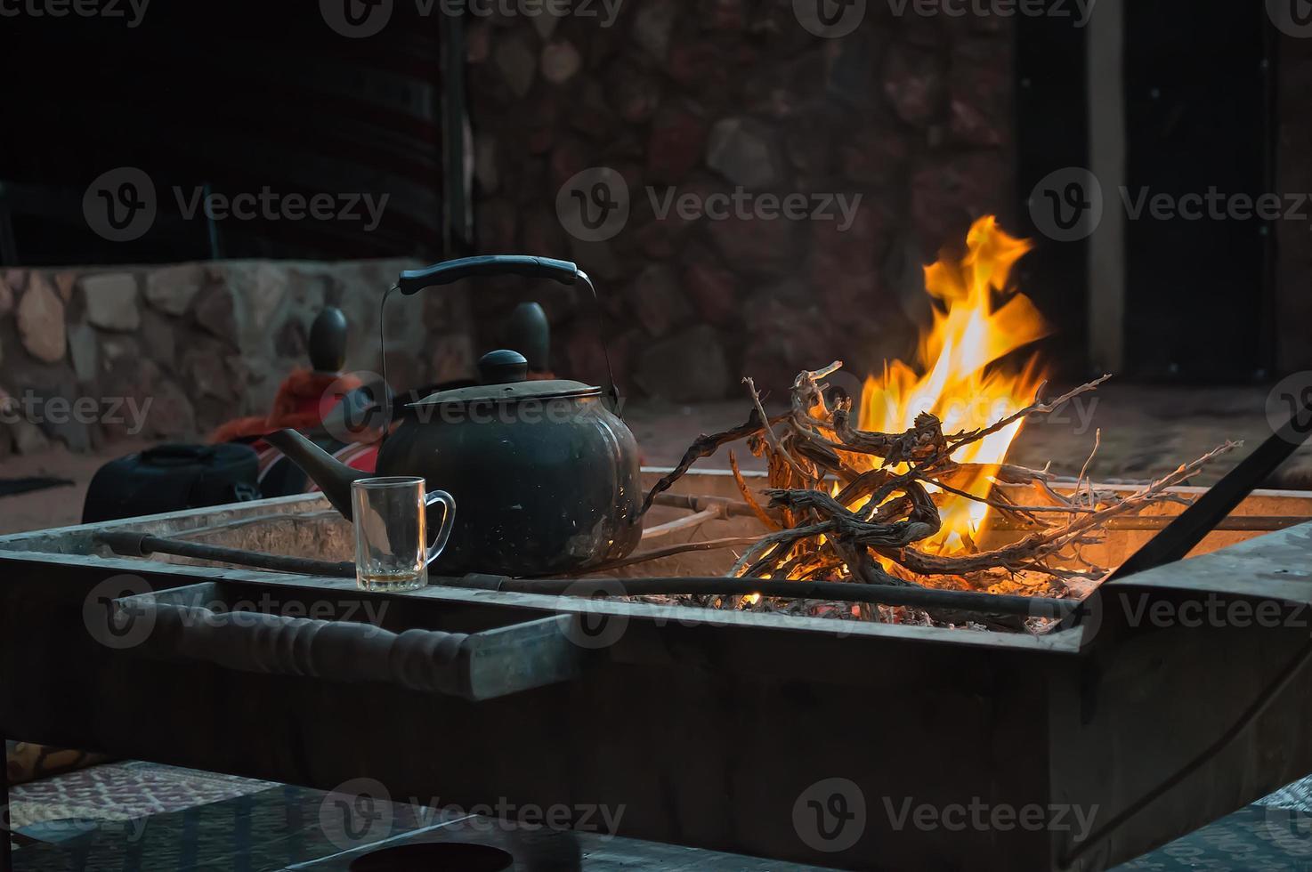 chauffer le thé sur le feu photo