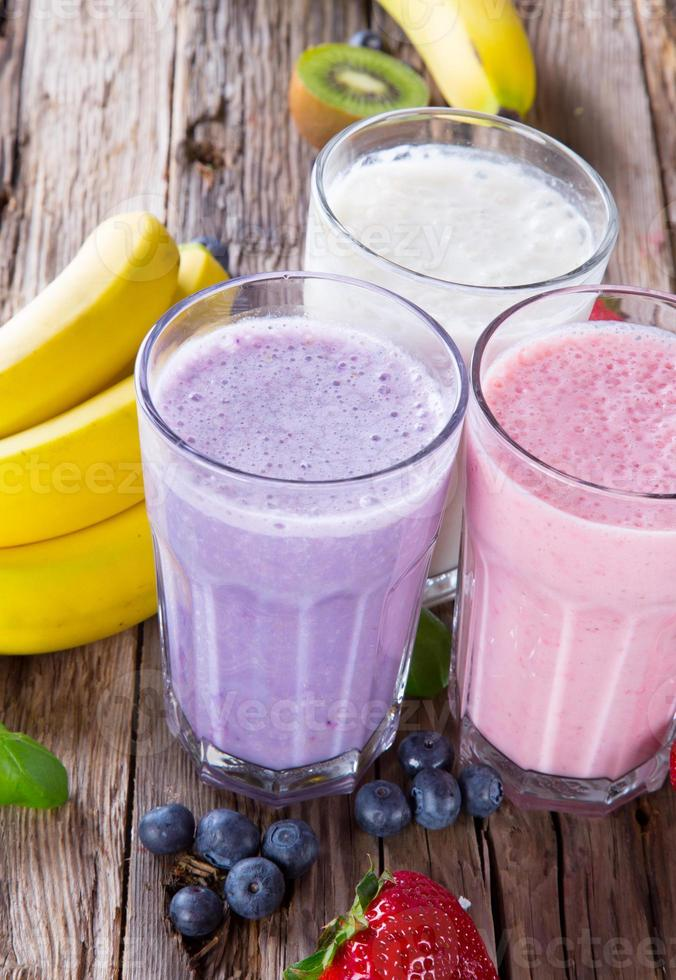 milk-shake de fruits frais sur bois photo