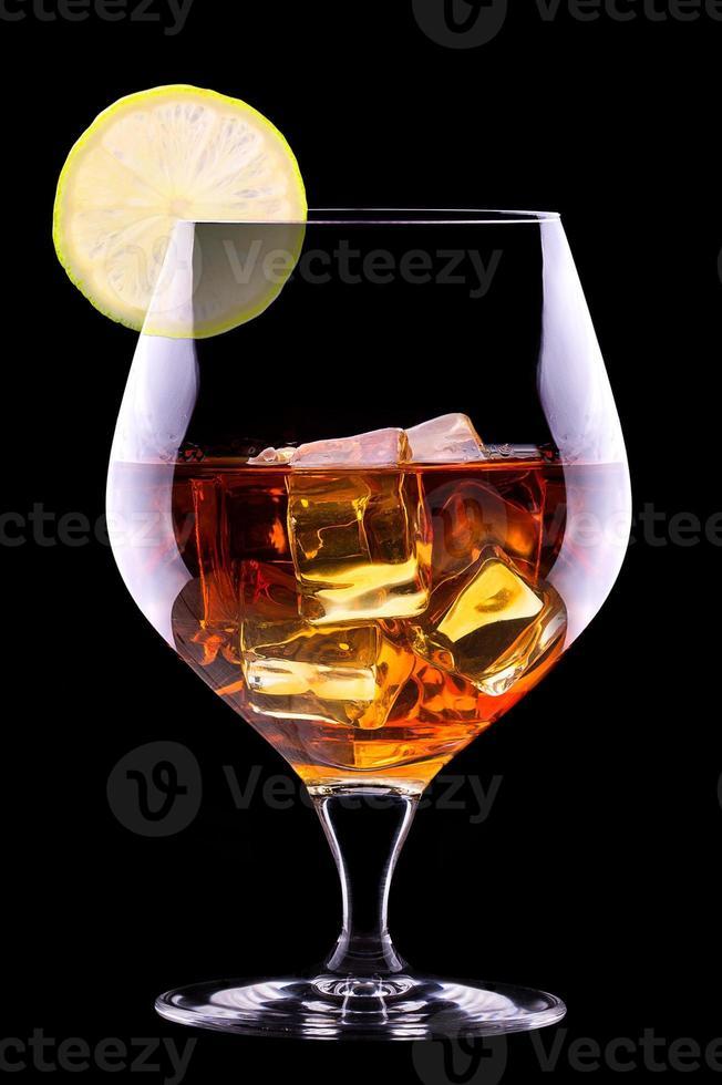 cognac ou brandy sur fond noir photo