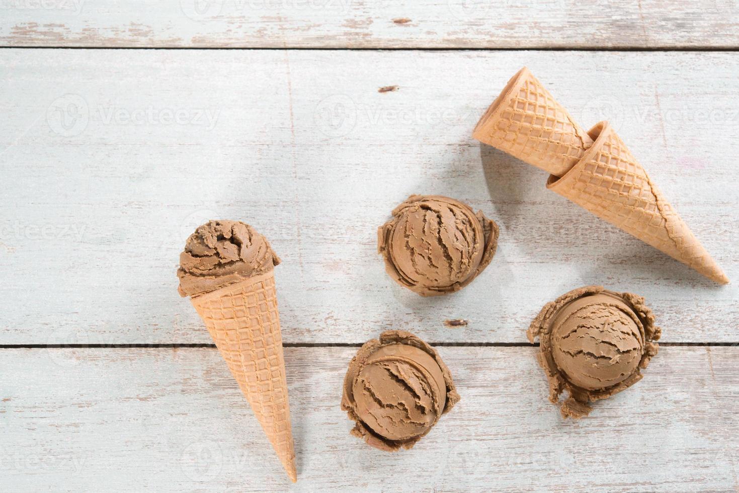 Vue de dessus cornet de crème glacée brune photo