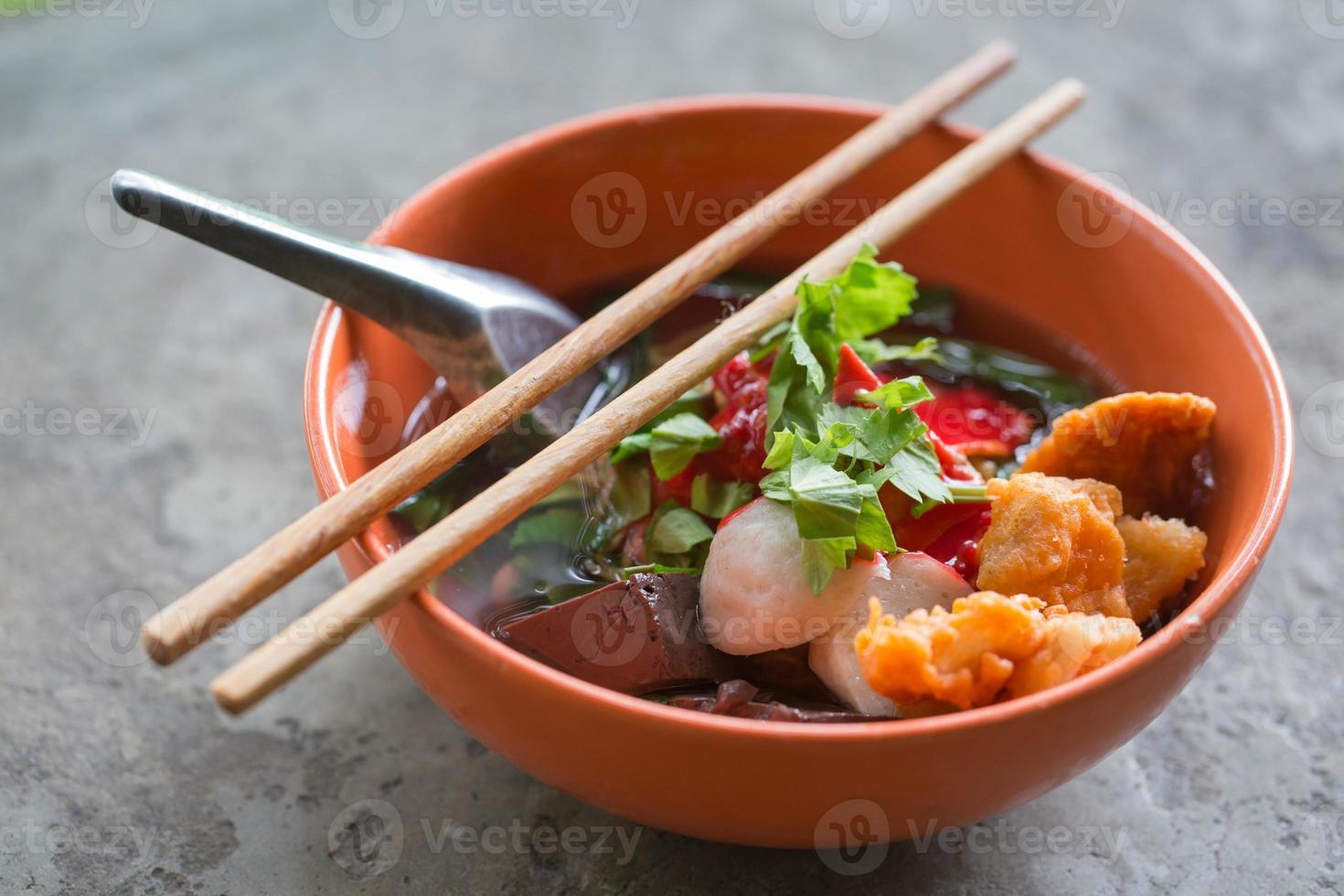 nouilles au poisson et aux légumes photo