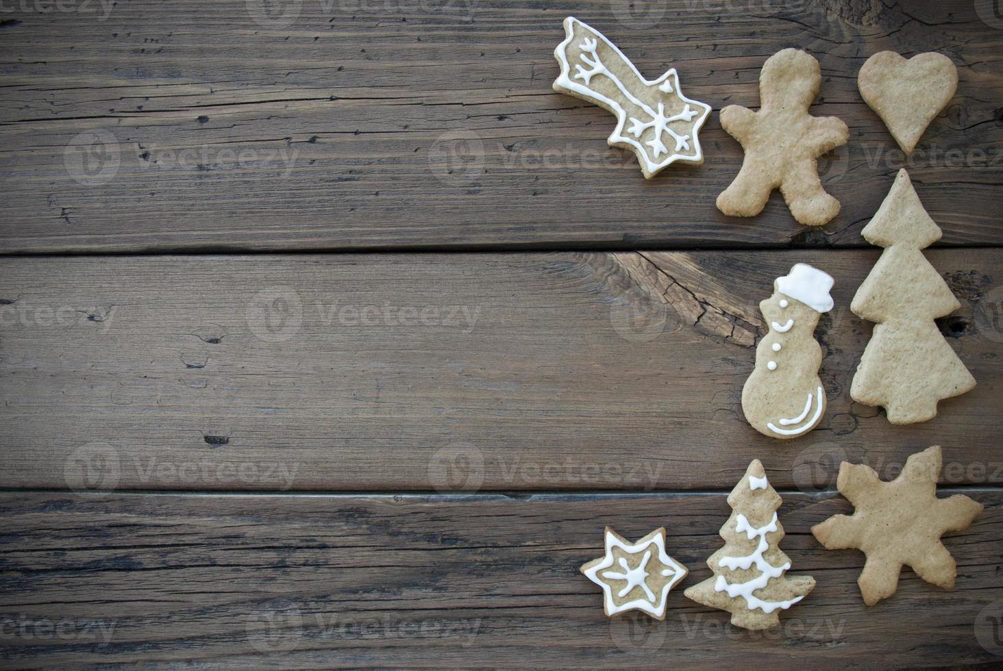 biscuits de pain d'épice décorés sur planche de bois photo