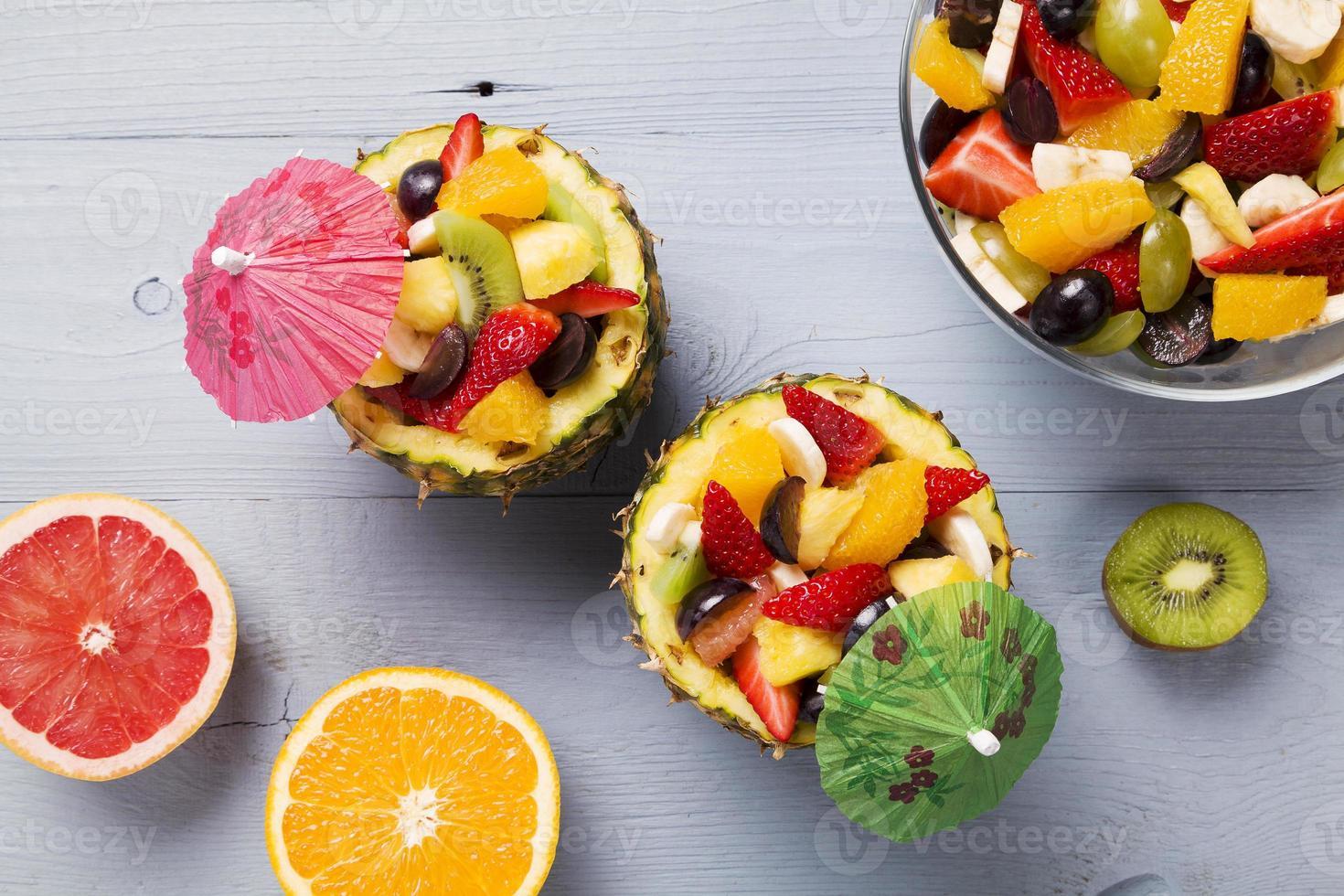 salade de fruits frais servie dans des bols avec ananas frais photo