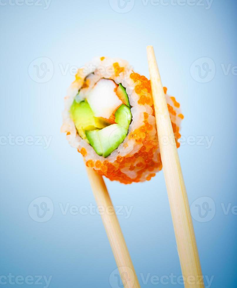 délicieux rouleau de sushi photo