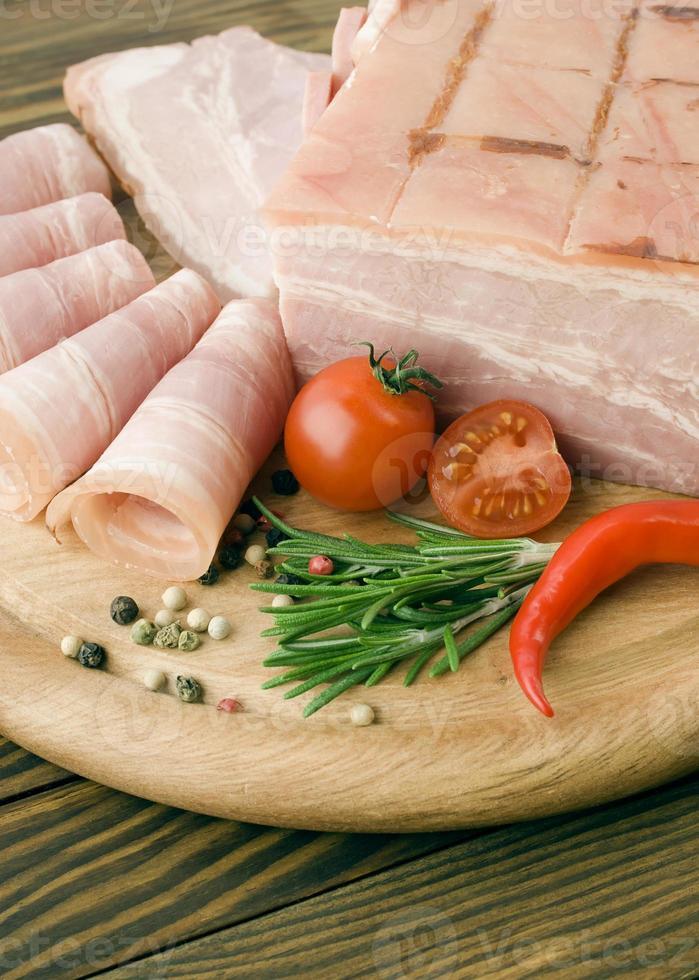 tranches de jambon frais avec lattuce et tomate cerise photo