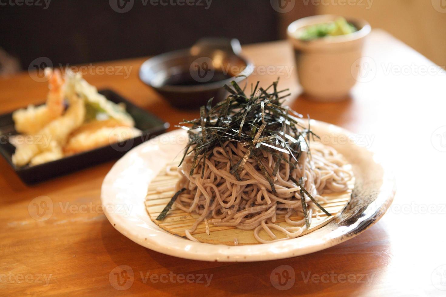 nouilles soba aux crevettes frites photo