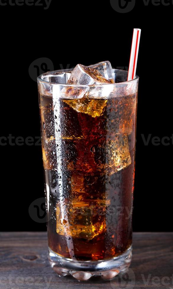 verre de cola avec de la glace photo