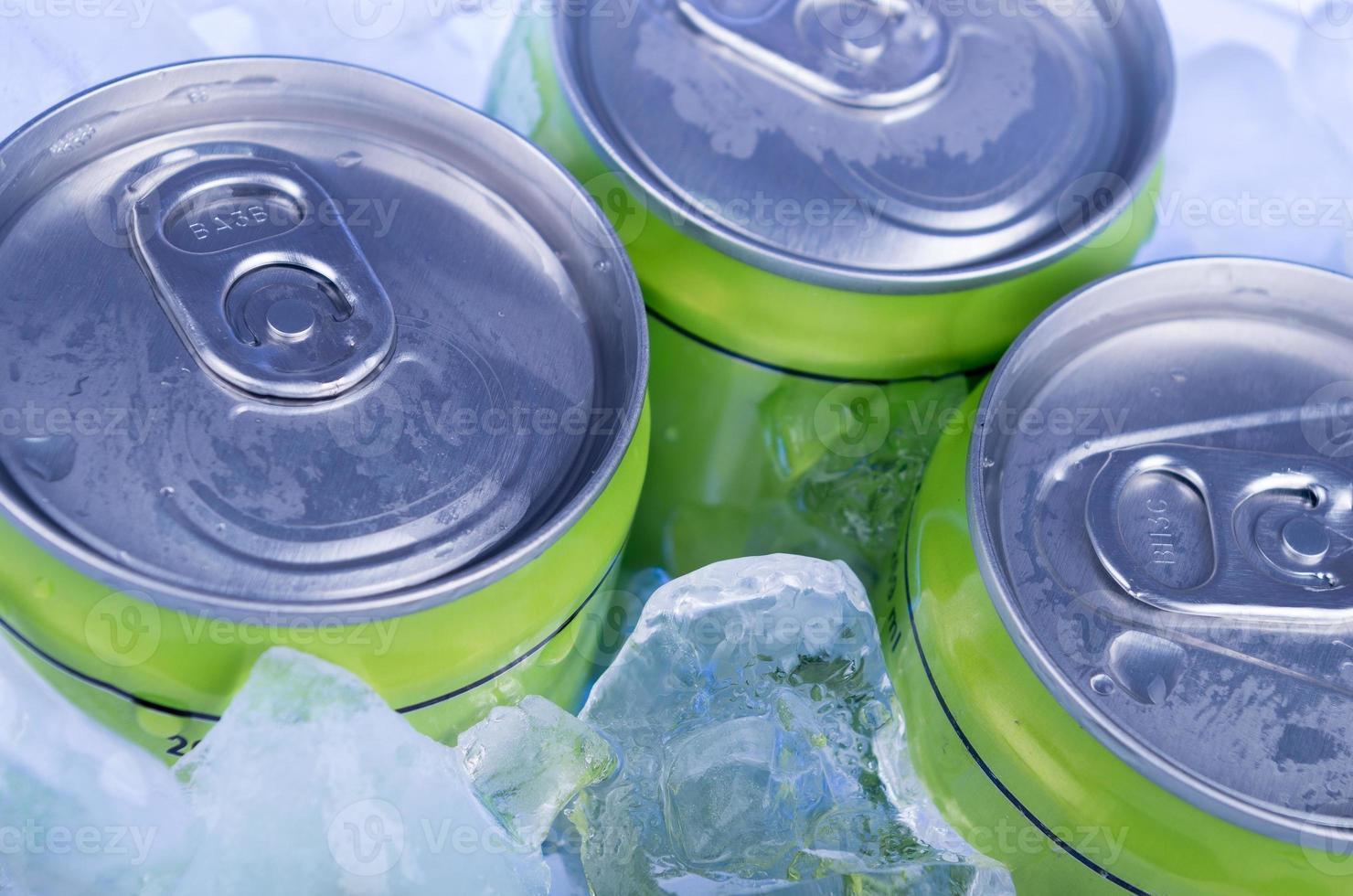 canette de soda verte dans de la glace pilée photo