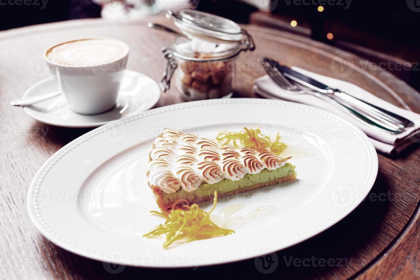dessert à la meringue avec café, repas du matin photo