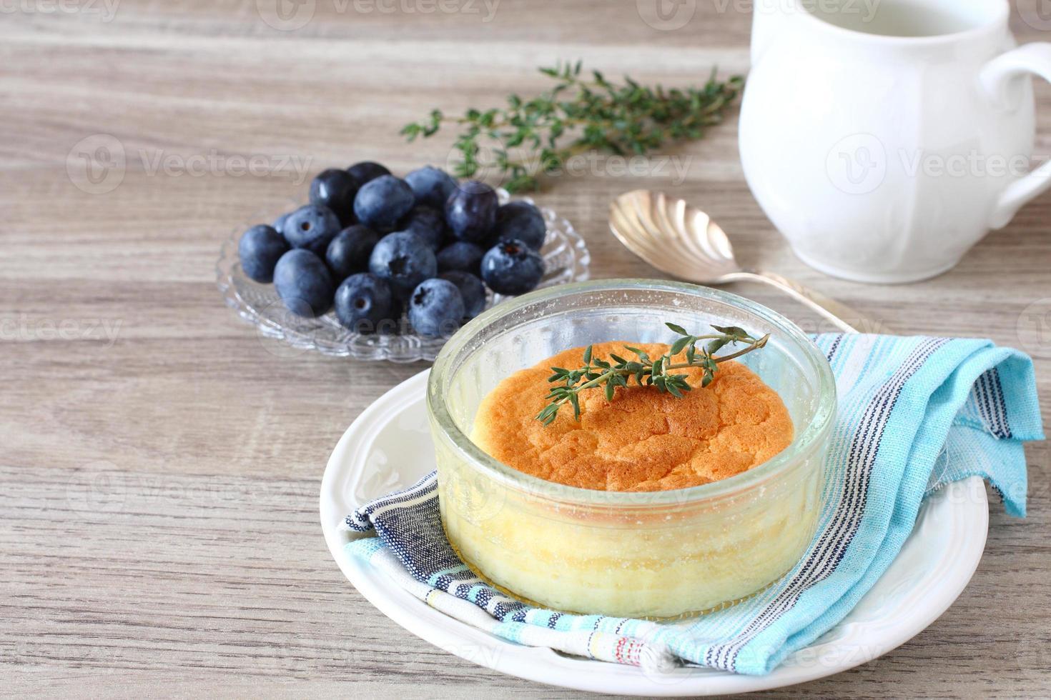 délicieux gâteau de pudding au citron servi dans des ramequins photo