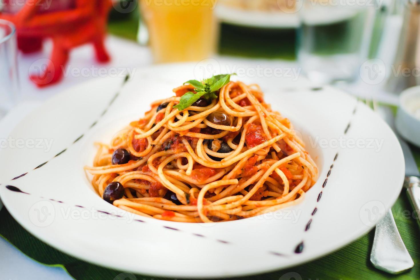 pâtes à la sauce tomate et aux olives photo