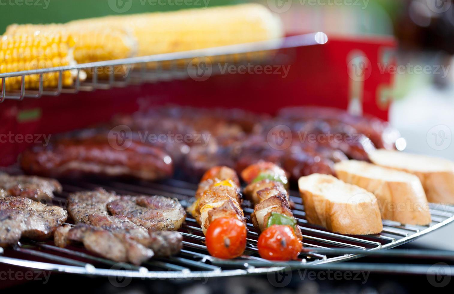 nourriture savoureuse sur le barbecue photo