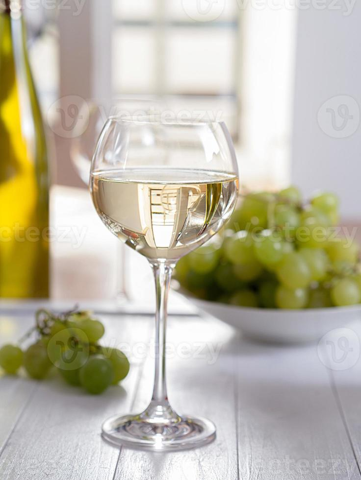 ein glas weisswein photo