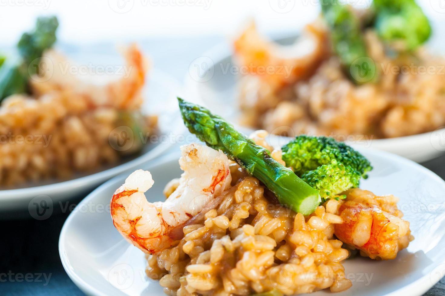 portion de riz risotto aux crevettes et asperges. photo