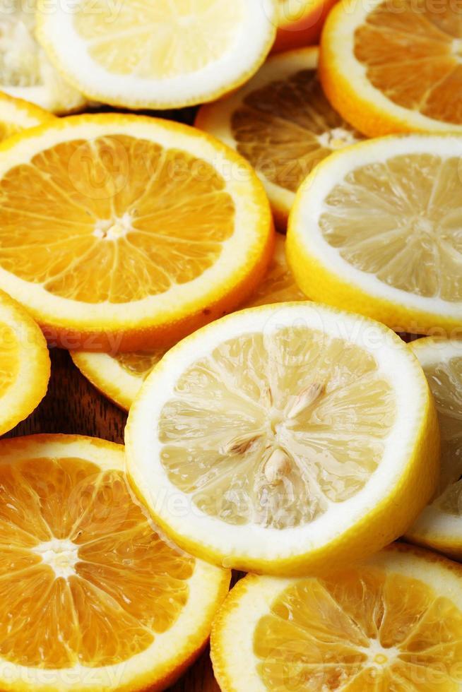 pile de tranches d'agrumes. oranges et citrons. photo
