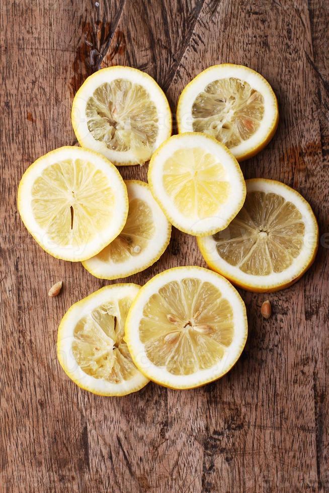 pile de tranches d'agrumes. citrons. sur table en bois photo
