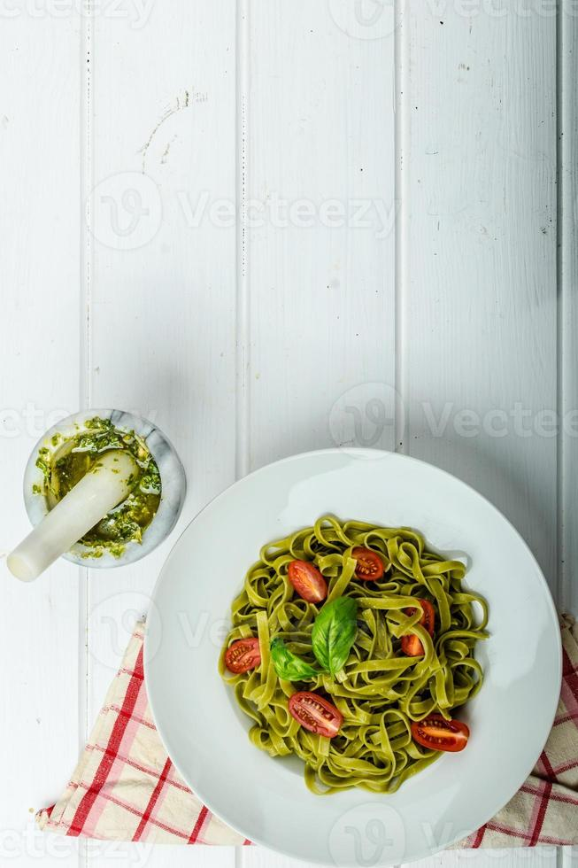 tagliatelles d'épinards au pesto de basilic et mini tomates photo