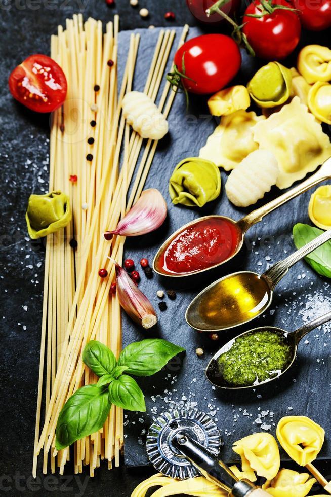sauce tomate, huile d'olive, pesto et pâtes photo