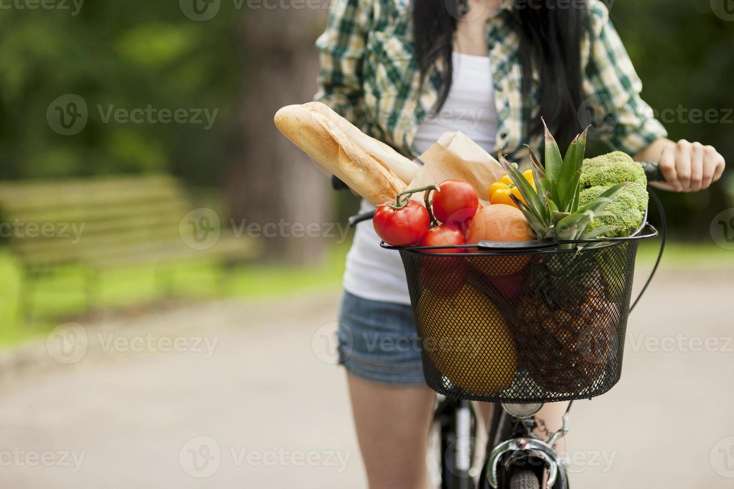 corbeille de fruits et légumes photo