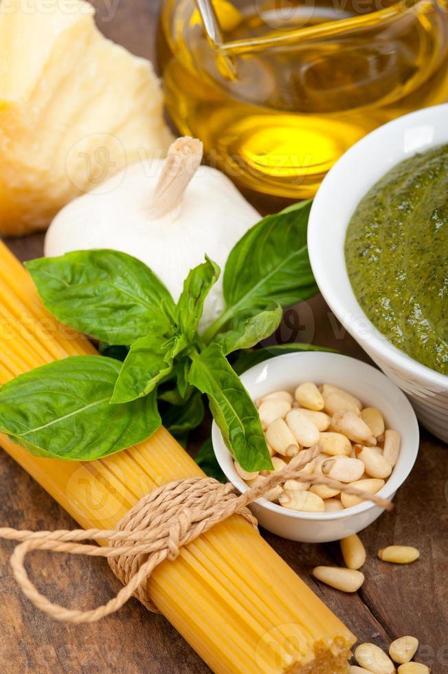 Ingrédients des pâtes au pesto au basilic traditionnel italien photo