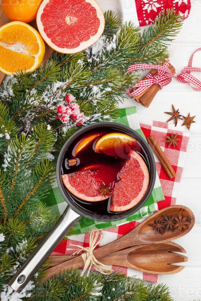 Vin chaud de Noël sur table en bois photo