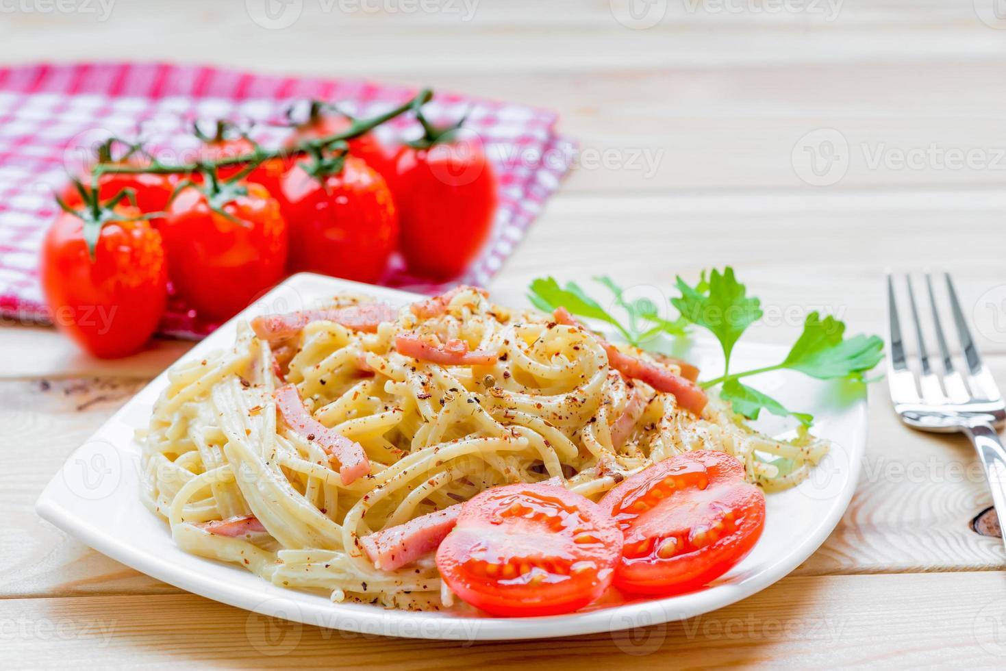 plat de pâtes carbonara italien joliment servi photo