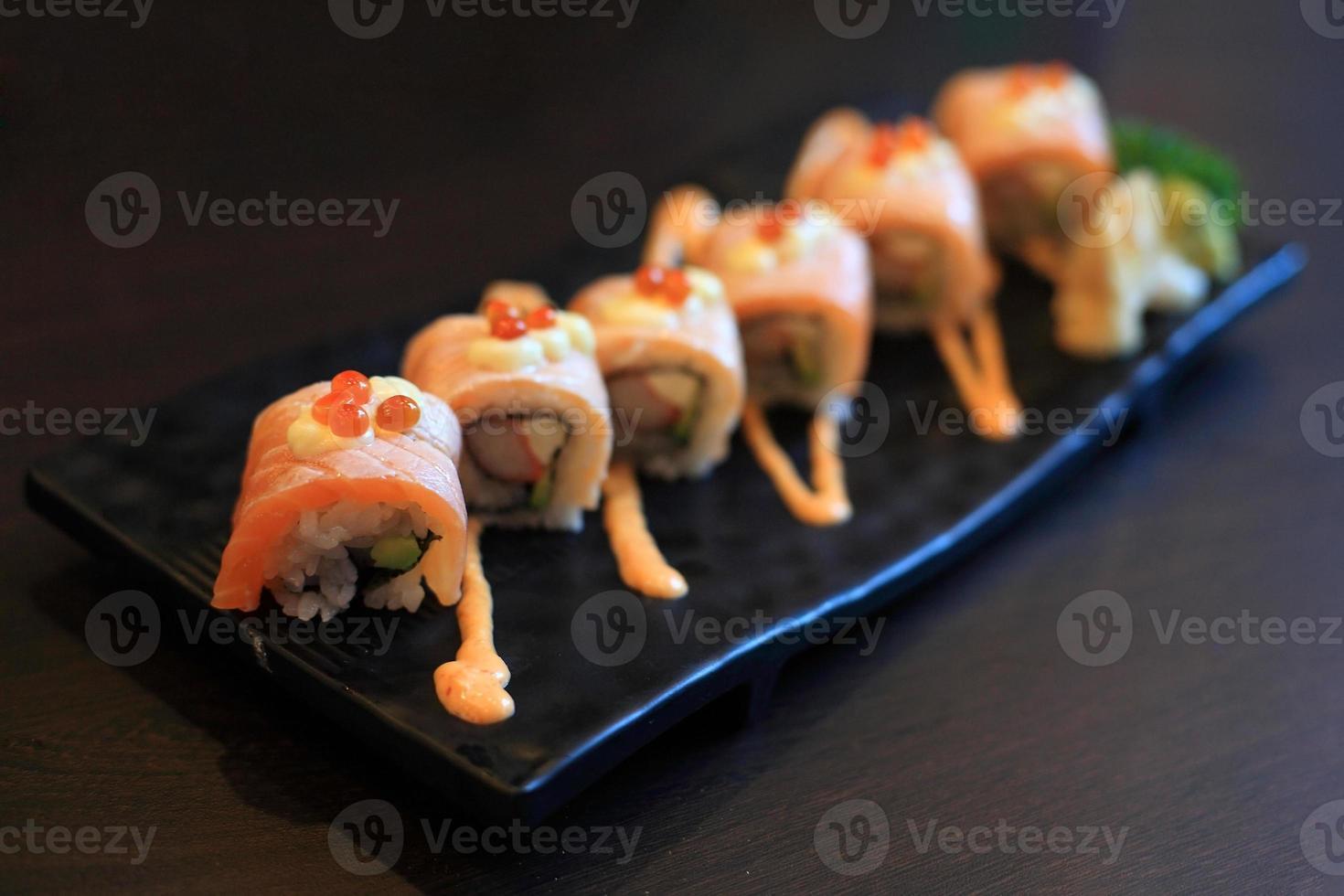 rouleaux de sushi épicé au saumon photo