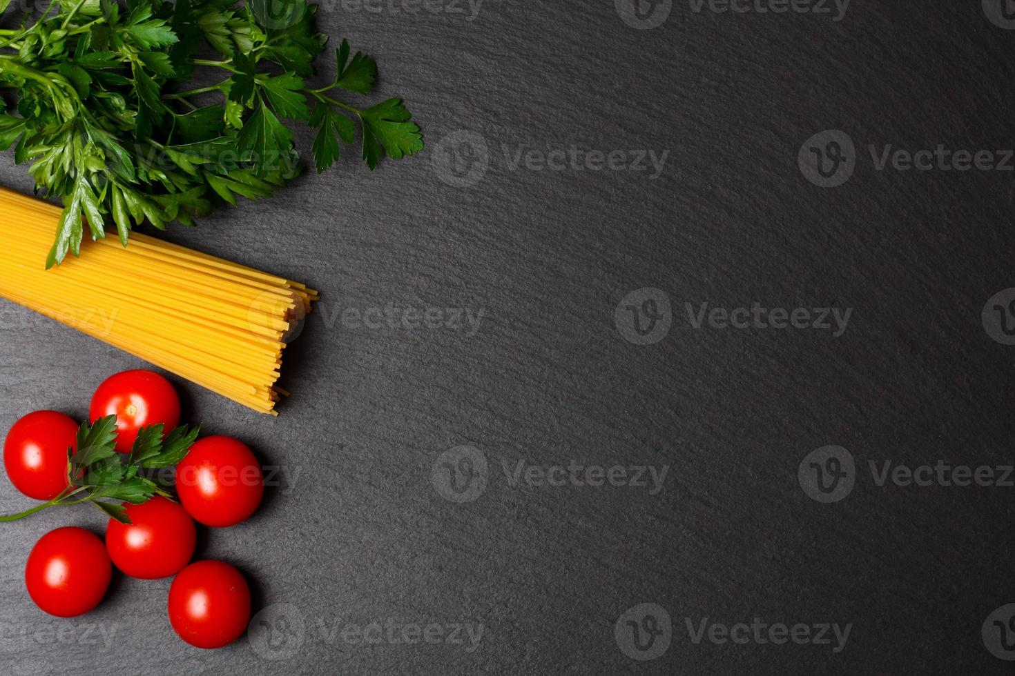 pâtes crues aux tomates et persil photo