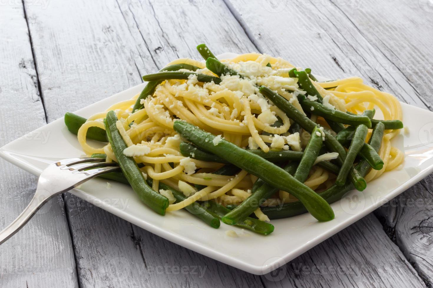 spaghetti à l'huile d'ail et aux haricots verts d'Italie photo