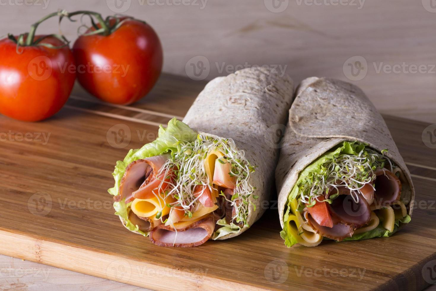 rouleaux de sandwich tortilla enveloppés photo