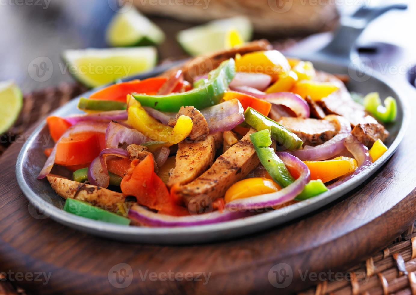 fajitas de poulet mexicain dans une poêle en fer avec des poivrons photo