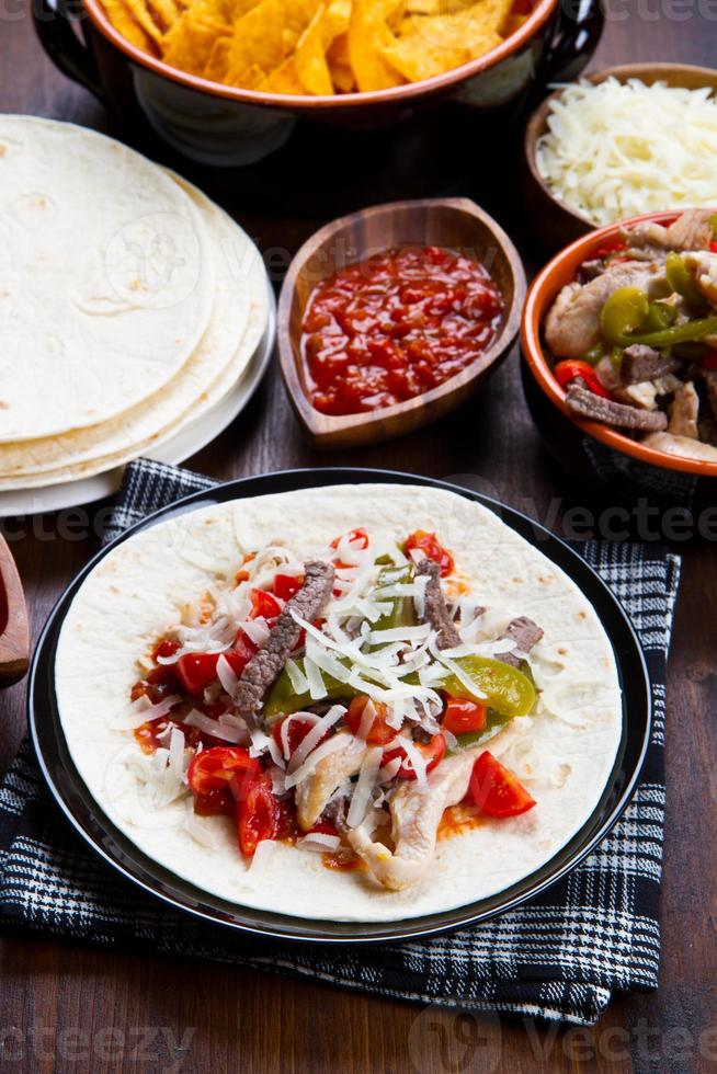fajitas au bœuf et au poulet avec poivrons colorés en tortillas photo