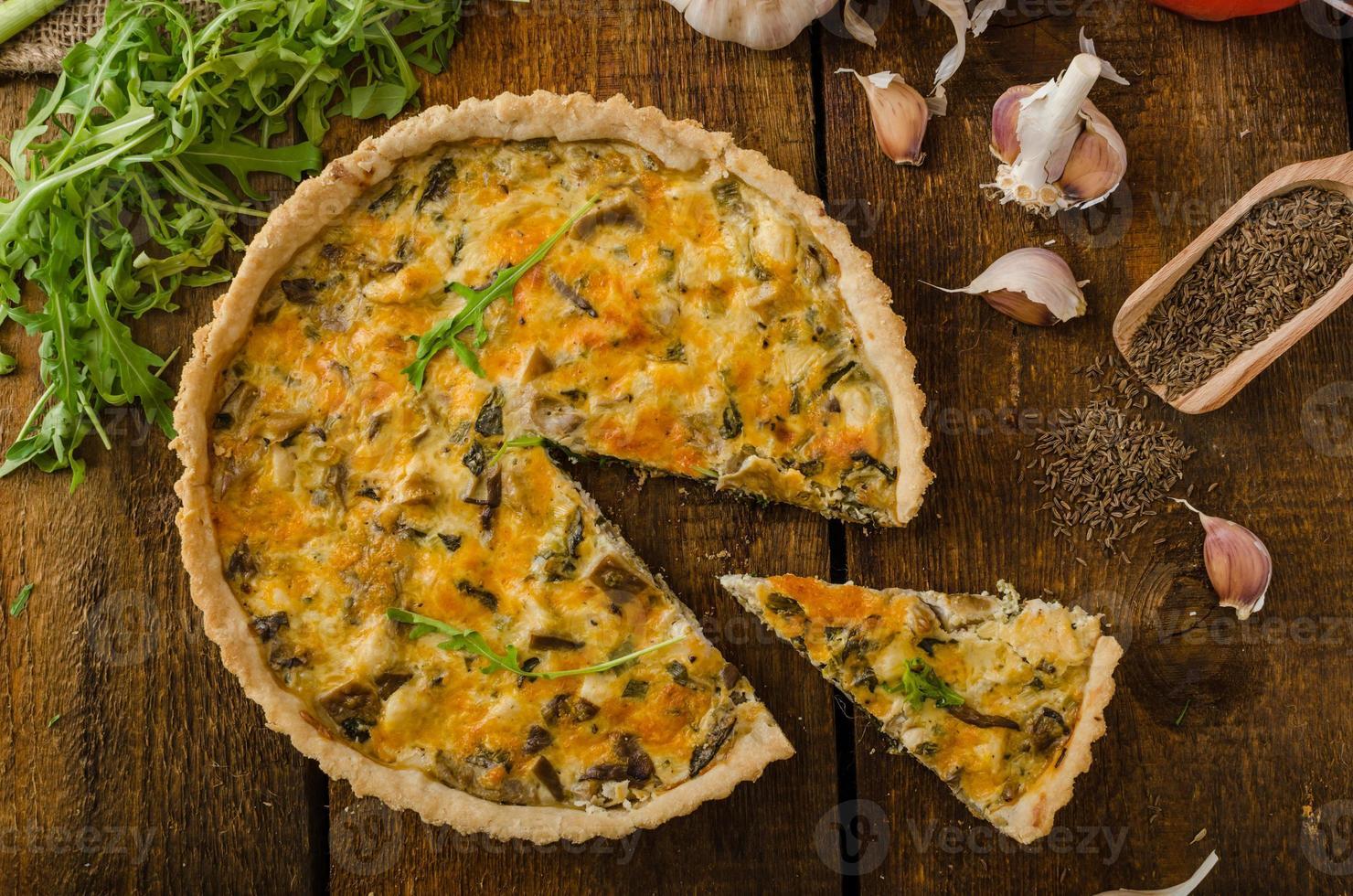 quiche au fromage avec poulet, roquette et champignons photo