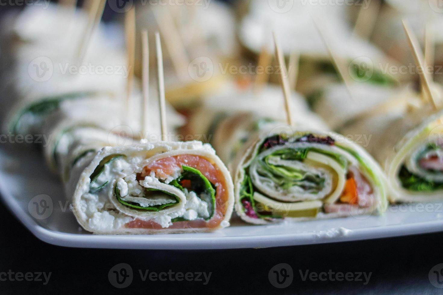 finger food tortilla au saumon, fromage cottage et épinards photo