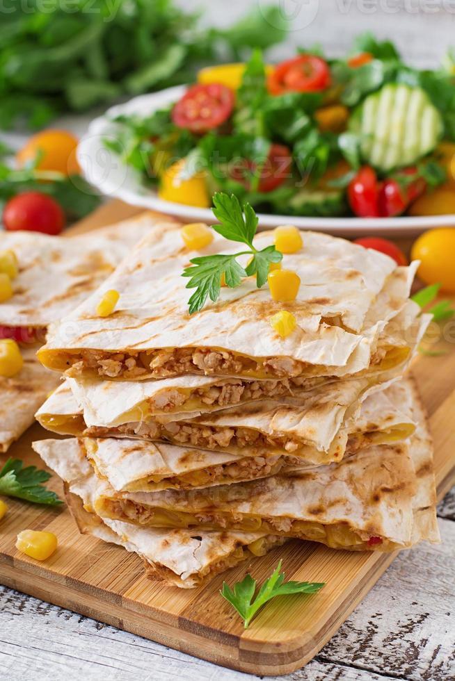 Wrap de quesadilla mexicain au poulet, maïs et poivron photo