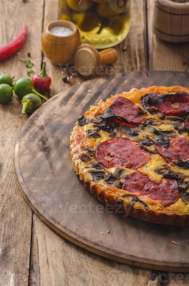 délicieuse quiche au chorizo, noix et fromage pointu photo