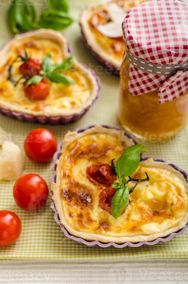 quiche au fromage et tomates cerises photo