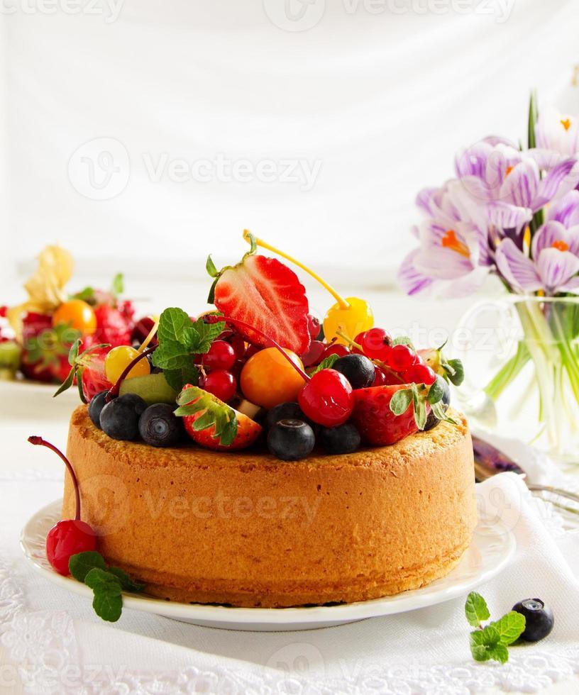 gâteau en mousseline avec des baies d'été et de la crème. photo