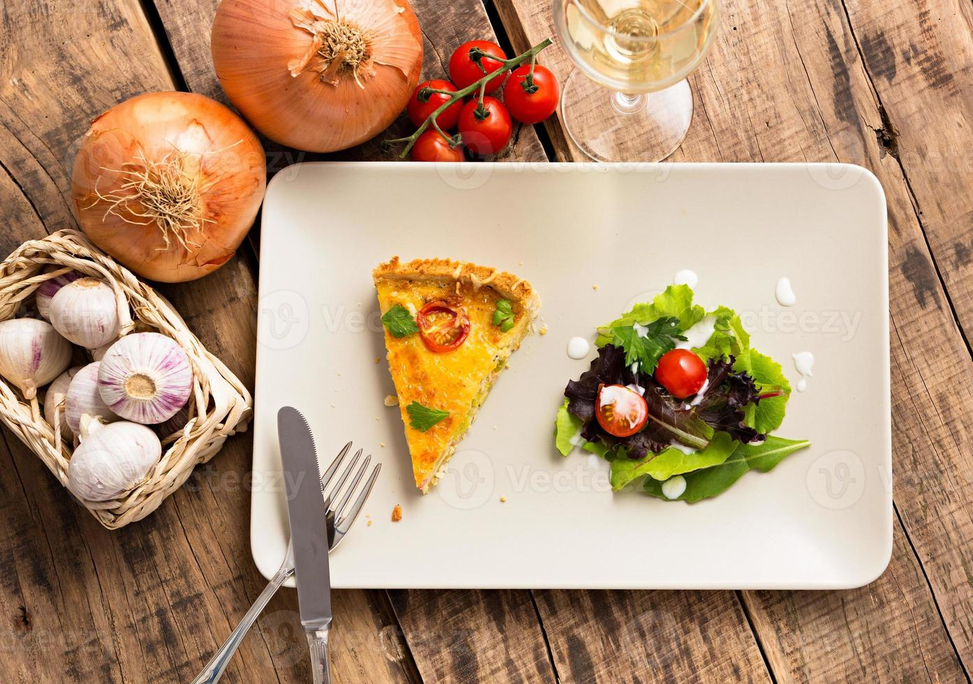 tranche de quiche lorraine - cuisine française photo